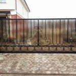 Откатные ворота с элементами ковки